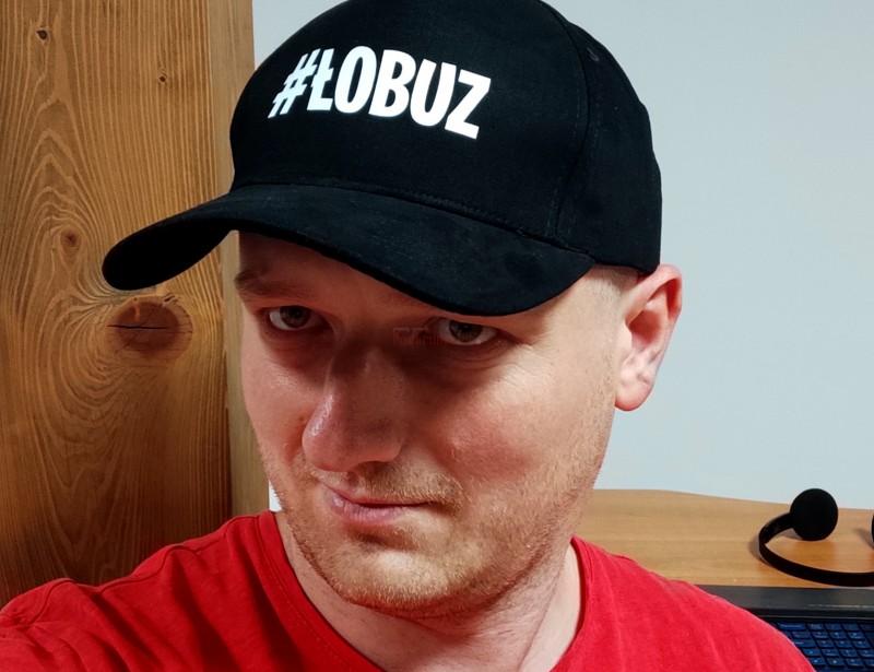 Stylowa i świetnie wyglądająca czapka z daszkiem z napisem #łobuz to rewelacyjny i oryginalny prezent dla chłopaka. Taki gadżet przyda się na co dzień każdemu łobuzowi