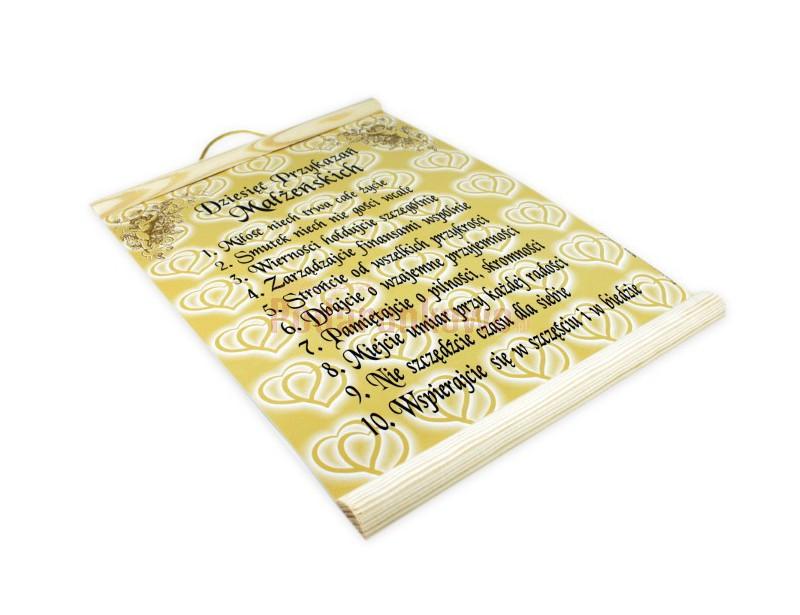 Dyplom charakteryzuje się ciekawą i kolorową grafiką. Wykonany jest na papierze ozdobnym, z dodatkami drewna. Wspaniały prezent na wieczór panieński, kawalerski lub ślub.