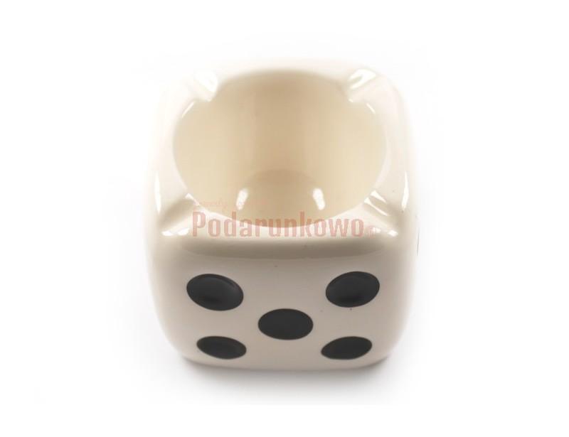 Bardzo oryginalna i wyszukana popielniczka w kształcie kostki do gry z pewnością przypadnie do gustu każdemu palaczowi :)