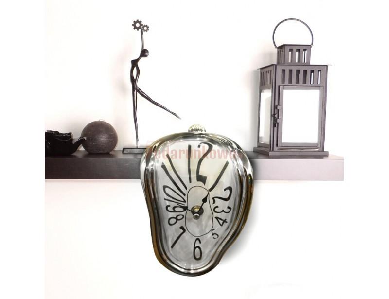 """Zegar to wierne odwzorowanie czasomierzy z obrazu """"Trwałość pamięci"""" Salvadora Dali, znanego szerszej publiczności pod nazwą """"Miękkie zegary"""""""