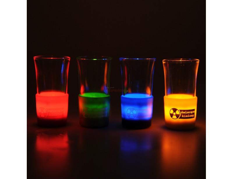 Czy jest coś lepszego niż zimna wódka? Tak – zimna wódka świecąca w ciemnościach! Alkohol podany w tych kieliszkach wygląda jak radioaktywny