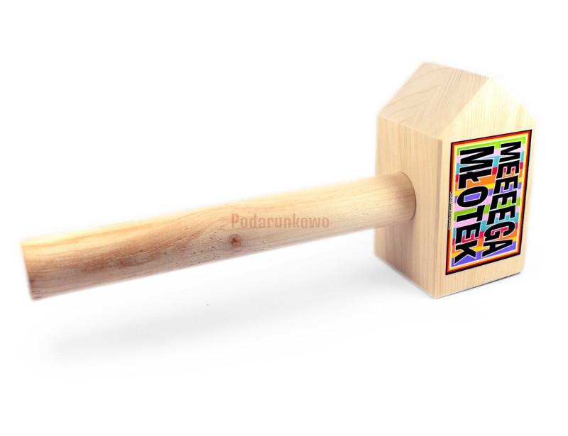 Młotek do wybijania prezentów z głowy jest świetnym prezentem na różne okazje :) Wykonany jest z drewna i przypadnie do gustu zarówno starszym jak i młodszym solenizantom
