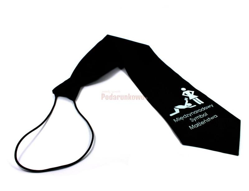 Oryginalny krawat z zabawną ilustracją z pewnością przypadnie do gustu np. przyszłemu Panu Młodemu