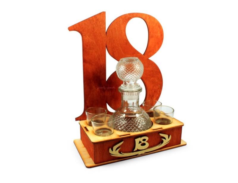 Idziesz na 18-stkę i szukasz fajnego prezentu? Oto go mamy :) Pomysłowo wykonany drewniany stojak z cyfrą 18, 4 kieliszkami i karafką będzie idealnym wyborem.