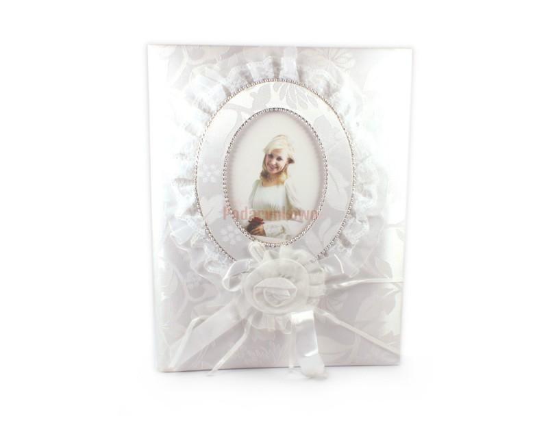 Szukasz romantycznego dodatku do prezentu ślubnego? Proponujemy piękny, biały album ślubny, który z pewnością niejeden raz przywoła Nowożeńcom ślubne wspomnienia