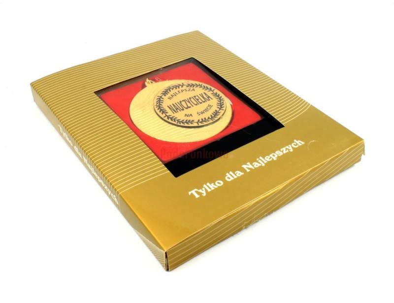 Każda nauczycielka będzie dumna z takiego odznaczenia :) Medal najlepszej nauczycielki to super prezent np. z okazji dnia nauczyciela, urodzin lub imienin.