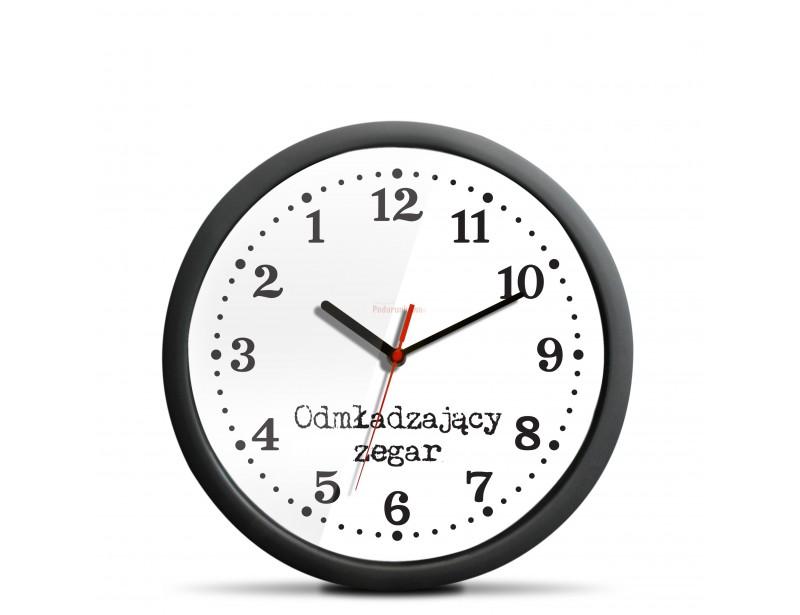 Ten zegar na pierwszy rzut oka niczym nie różni się od innych zegarów, skrywa wielką tajemnicę: jego wskazówki poruszają się w odwrotnym kierunku.