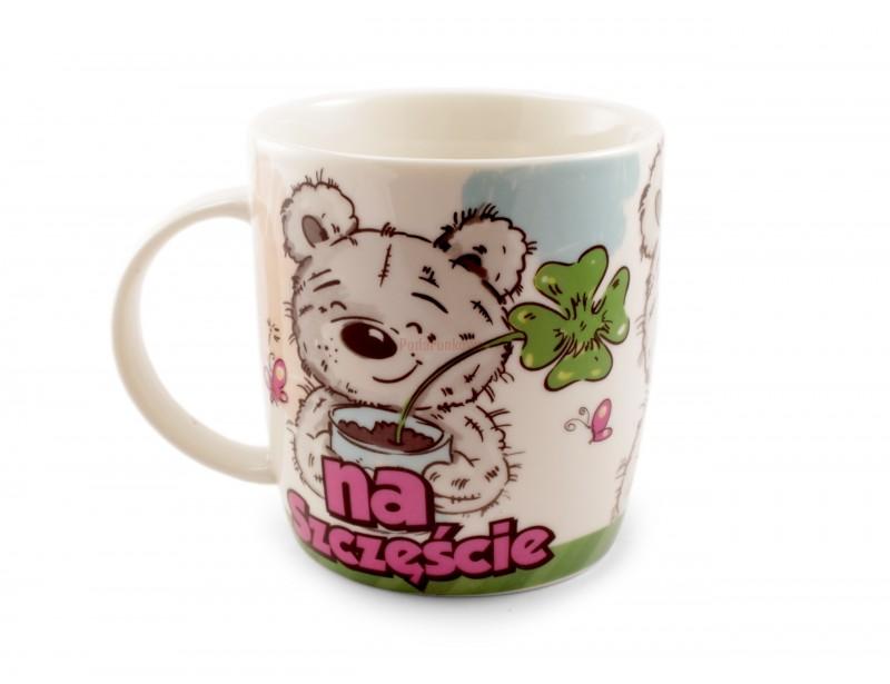 To uroczy, ceramiczny kubek, który przynosi szczęście :) Misio z koniczynką spodoba się każdemu :)