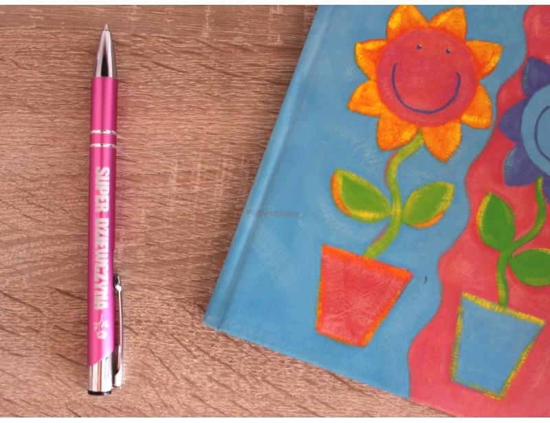 Poszukujesz czegoś fajnego i symbolicznego dla super dziewczyny? Doskonale trafiłeś :) Śliczny, różowy długopis to kwintesencja kobiecości.