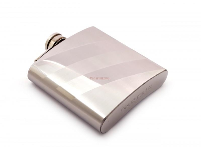Piersiówka to idelny prezent dla taty, brata, męża lub kolegi :) Generalnie każdemu mężczyźnie przyda się taki elegancki gadżet.
