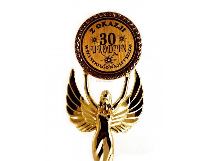 Statuetka Viktorii jest doskonałym pomysłem na prezent z okazji 30-stych urodzin :) Jest elegancka, starannie wykonana, pomysłowa i pięknie się prezentuje.