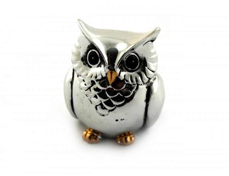 Mała sowa, a daje tyle radości :) Wykonana jest z tworzywa przypominającego srebro - wygląda ślicznie. To figurka stanowiąca doskonały prezent dla nauczyciela.