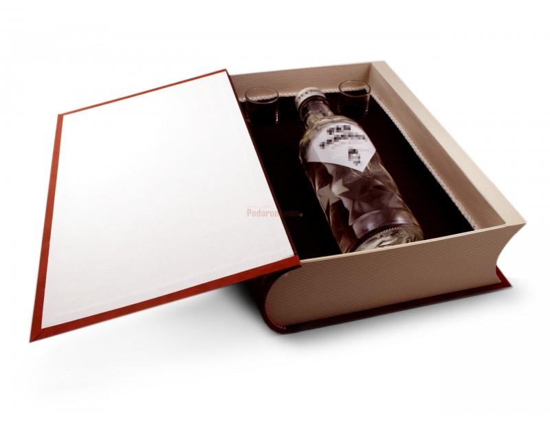 Wewnątrz książka ma miejsce na butelkę 0,5 litra, wyścielona jest również eleganckim materiałem i zawiera 2 kieliszki do wódki.