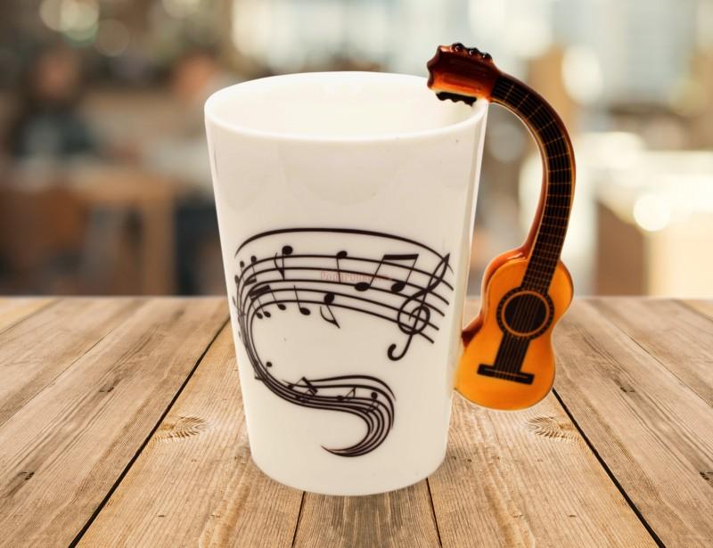 Kubek wykonany jest z porcelany - zachwyca swoim kształtem i elegancją. Taki kubek to znakomity prezent dla miłośnika muzyki, dla gitarzysty i dla nauczyciela.