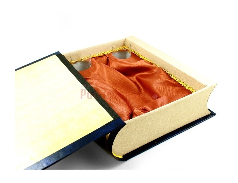 Elegancko wyglądający tom księgi, kryjącej w sobie nietypową treść to idealny pomysł na prezent dla policjanta.