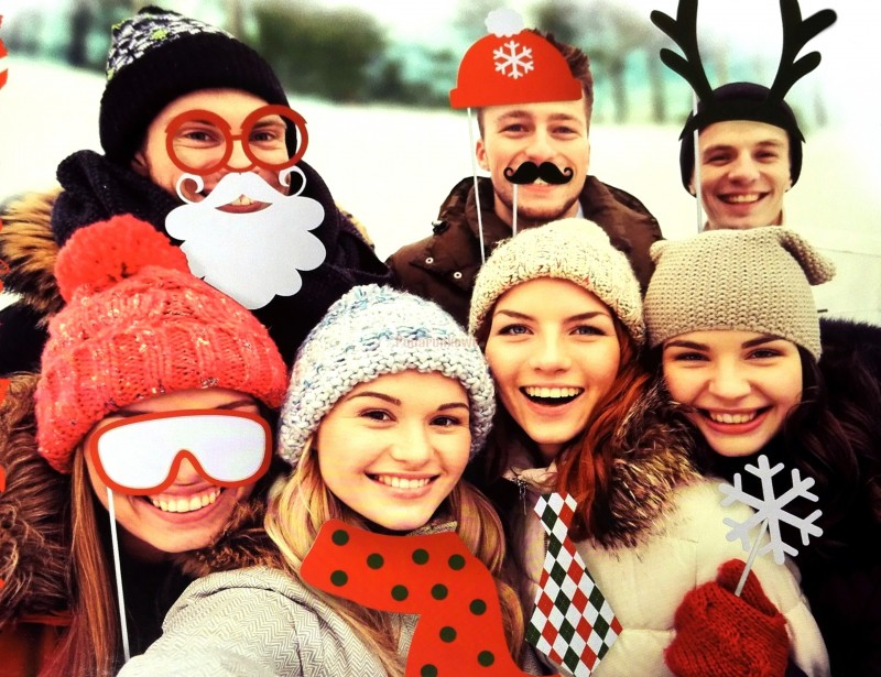 Komplet oryginalnych rekwizytów do zdjęć umili Wam czas i pozwoli na mega szaleństwa przed telefonami :) Zestaw wesołych rekwizytów do świątecznych rodzinnych zdjęć