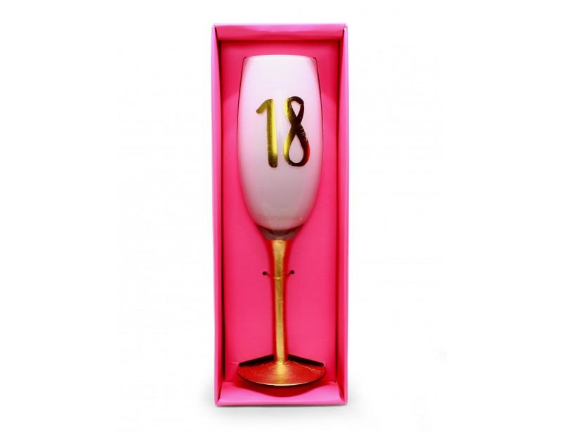 Kieliszek z symboliczną cyfrą to świetny prezent na 18 urodziny dla dziewczyny. To upominek idealny dla koleżanki, przyjaciółki, siostry lub córki :)
