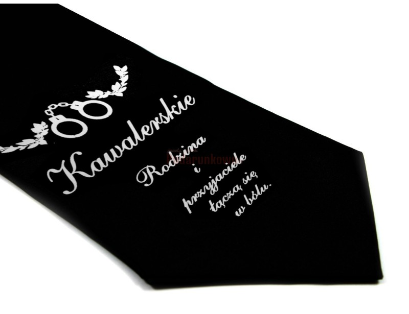 Krawat ze śmiesznym napisem jest świetnym pomysłem na prezent dla każdego mężczyzny ceniącego poczucie dobrego humoru i oryginalność upominków.
