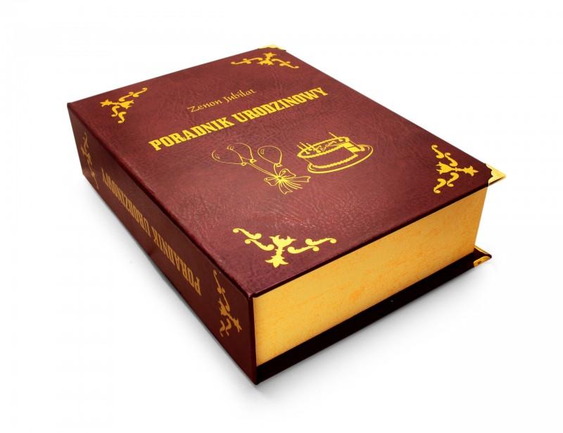 Piękna, elegancka książka na butelkę 0,5 litra to doskonały prezent urodzinowy, który zachwyca swą oryginalnością i pomysłowością. Książka wygląda jak prawdziwa