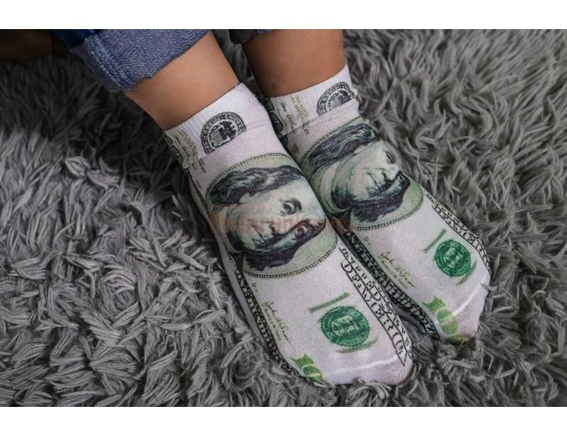 Wszystko, co kojarzy nam się z dolarami - kojarzy nam się dobrze i pozytywnie :) Skarpety z nadrukiem w dolary to miła niespodzianka urodzinowa, nietypowy prezent dla mężczyzny lub zabawny prezent na Mikołajki da kolegów z pracy.