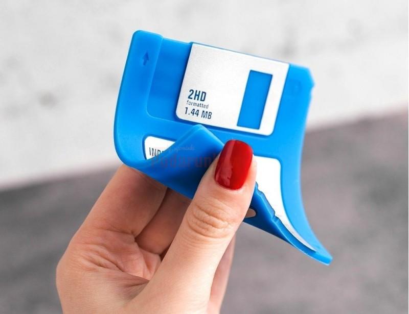 Komputerowy retro gadżet dla każdego, kto pamięta stare dobre dyskietki, które w zamierzchłych czasach stosowane były w praktycznie wszystkich komputerach PC.