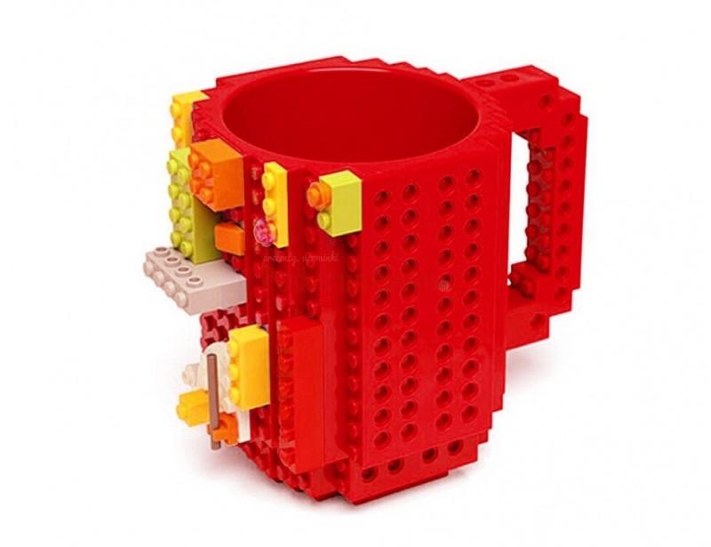 Kubek wygląda zjawiskowo, jakby rzeczywiście ktoś zbudował go z prawdziwych klocków. Na zewnątrz kubka można dopinać małe klocki, które są dołączone do zestawu.