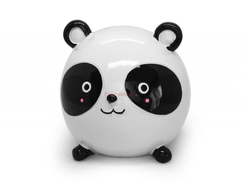 Skarbonka w kształcie Pandy wyróżnia się oryginalnym kształtem, unikatową formą i z pewnością miło zaskoczy niejedną osóbkę :) To idealny prezent dla dziewczyny lub koleżanki