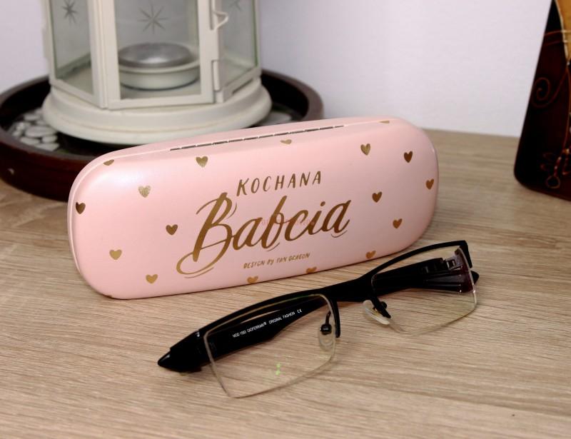 Etui na okulary to doskonały prezent dla Twojej ukochanej Babci - o ile jest szczęśliwym posiadaczem okularów ;)