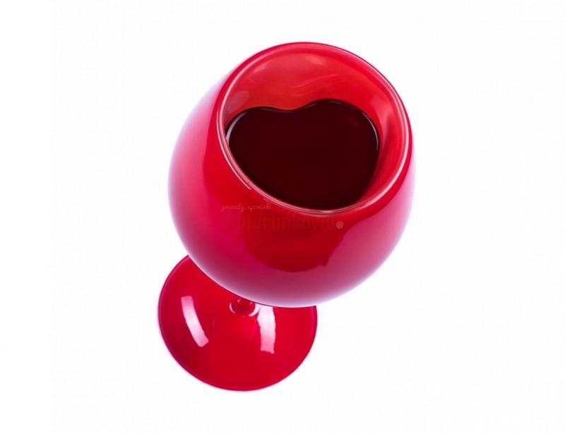 Czerwony kieliszek z wnętrzem w kształcie serca to pomysłowy prezent na Walentynki dla bliskiej osoby.