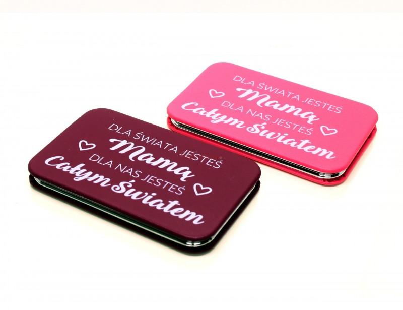 Kompaktowe, damskie lustereczko sprawi Twojej mamie dużo radości i zadowolenia ze swojego znakomitego wyglądu :) To znakomity pomysł na prezent na Dzień Mamy lub z okazji Jej urodzin :)