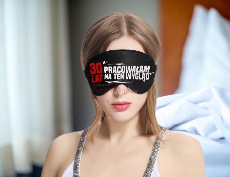 """Opaska na oczy z napisem """"30 lat pracowałam na ten wygląd"""" to śmieszny prezent z okazji 30 urodzin dla kobiety."""
