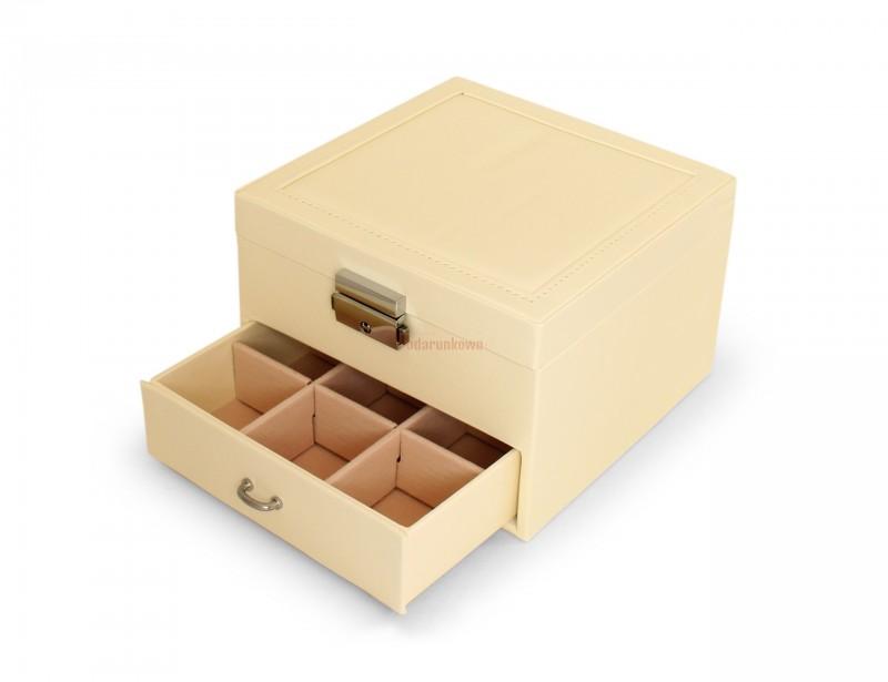 Klasyczna szkatułka na biżuterię to idealny prezent dla kobiety. Kuferek posiada sporo przegródek na biżuterię i uchylne duże lusterko. Szkatułka prezentuje się elegancko i stylowo