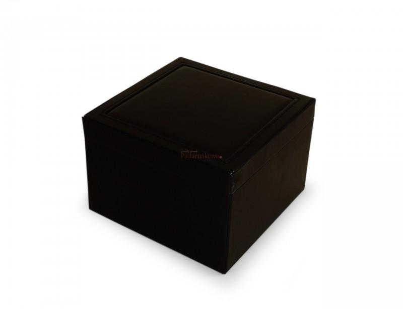 Kuferek posiada szufladkę, przegródki na biżuterię i uchylne duże lusterko. Szkatułka prezentuje się elegancko i stylowo, to idealny prezent dla kobiety.