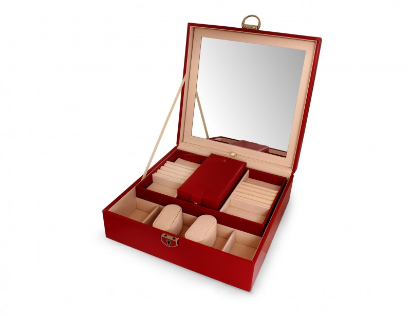 Zjawiskowo piękna, czerwona szkatułka na biżuterię. Elegancka, klasyczna i praktyczna. To doskonały pomysł na prezent dla kobiety.