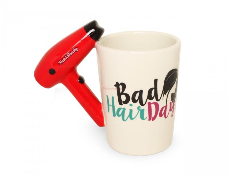 Znakomity pomysł na prezent dla fryzjerki, której zawdzięczasz najpiękniejszy kolor, strzyżenie i czesanie na Twojej głowie :) Kubek fryzjera z suszarką zamiast uchwytu to oryginalny i niebanalny gadżet.