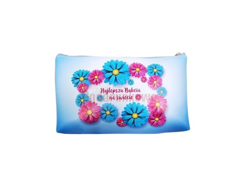 Śliczna, kobieca kosmetyczka z motywem kwiatowym będzie wspaniałym prezentem z okazji Dnia Babci. Prezentowana kosmetyczka jest praktycznym i symbolicznym upominkiem dla kochanej babci.