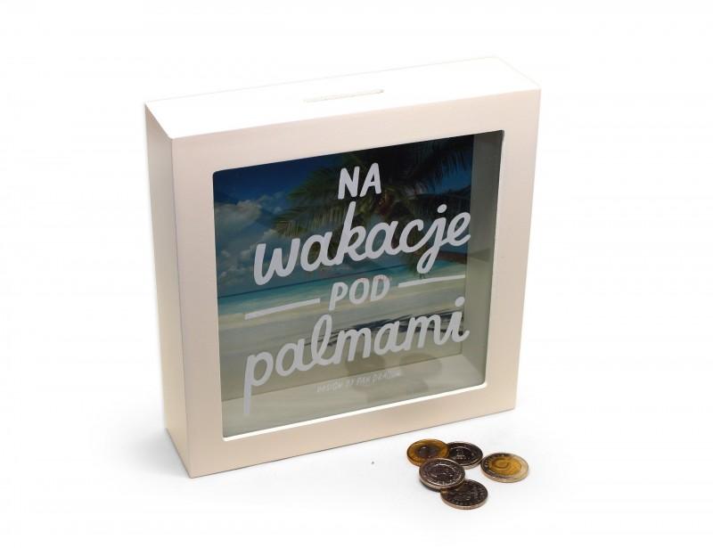 Stylowa, drewniana skarbonka w designerskim, białym kolorze i z nowoczesną grafiką stanowi idealny prezent dla każdego, kto marzy o wakacjach pod palmami.